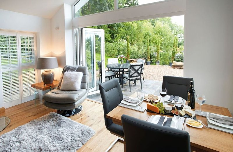 Nos Da is a contemporary cottage sleeping four offering the ideal tranquil escap, vacation rental in Bridgend County