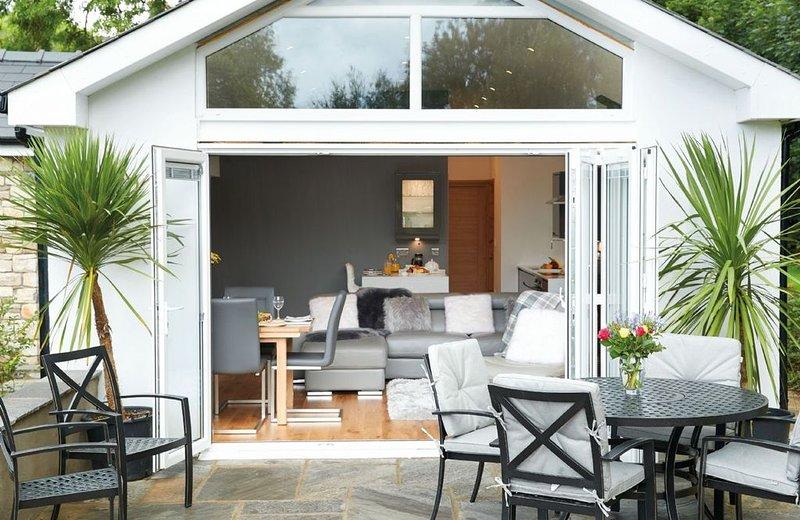 Nos Da a de superbes portes pliantes qui s'ouvrent sur une terrasse et un jardin privés