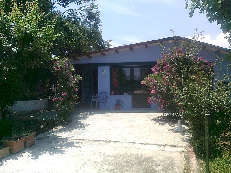 gardenhouse in Attiki Marathon beachbay, holiday rental in Schinias