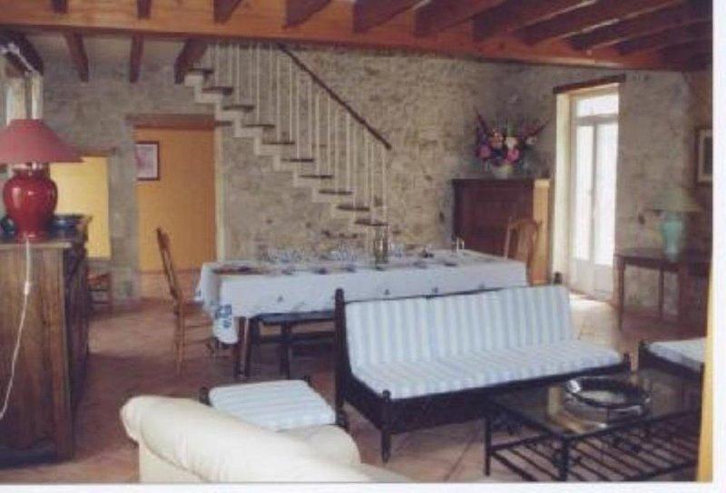 Grande maison de caractère calme et confortable avec jardin ,, holiday rental in Prignac-En-Medoc
