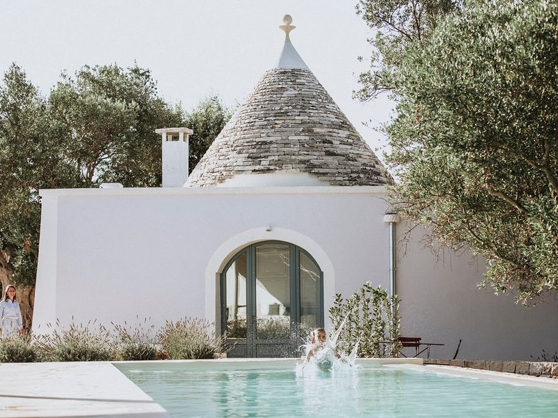 180 degree sea view Trullo renovated with a modern twist, location de vacances à Laureto