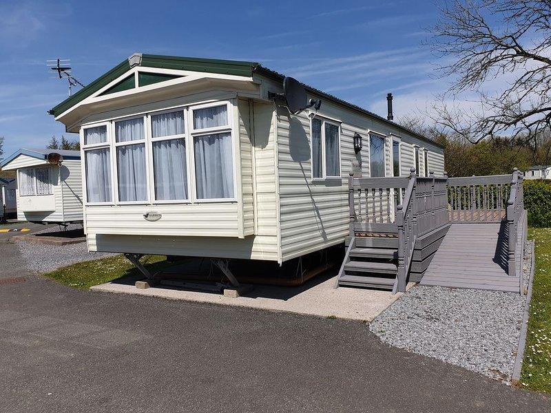 Luxury 3 bedroom caravan lake view 38ft x 12ft central heating double glazed, alquiler de vacaciones en Llanteg
