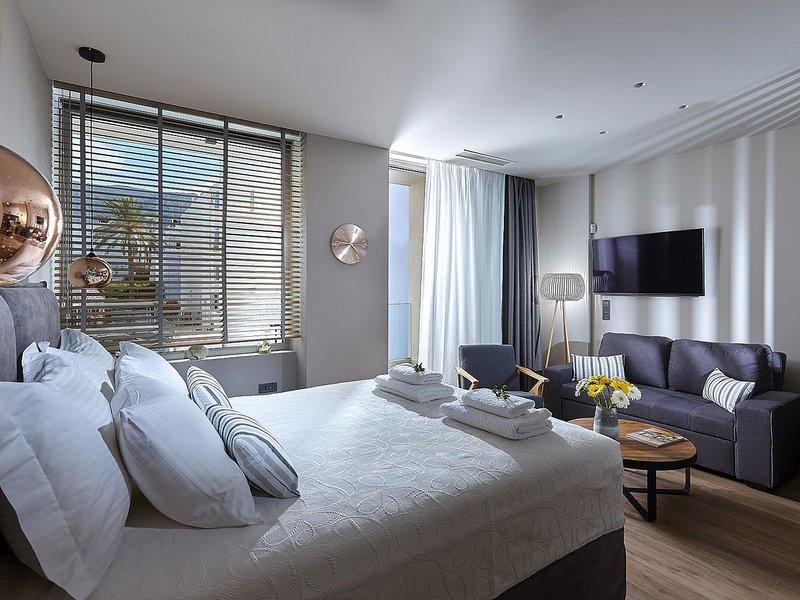 NEW Seafront Apartment 1 bedroom with gardview, infinity pool,direct on the beac, alquiler de vacaciones en Creta