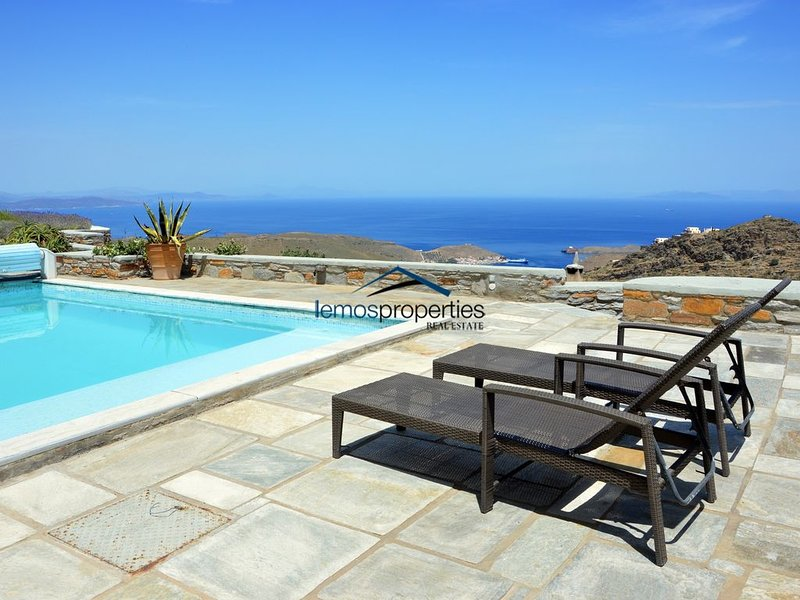 Stylish stone villa with a swimming pool and a great view., alquiler vacacional en Ceos