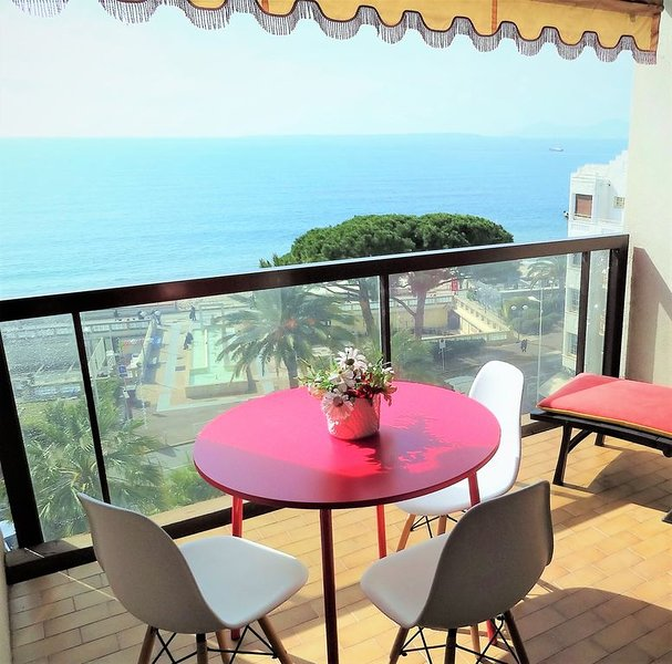 EXCEPTIONNEL-TERRASSE -VUE MER et PLAGES PANORAMIQUE ,NEUF ,STANDING,WIFI, CLIM, holiday rental in Juan-les-Pins
