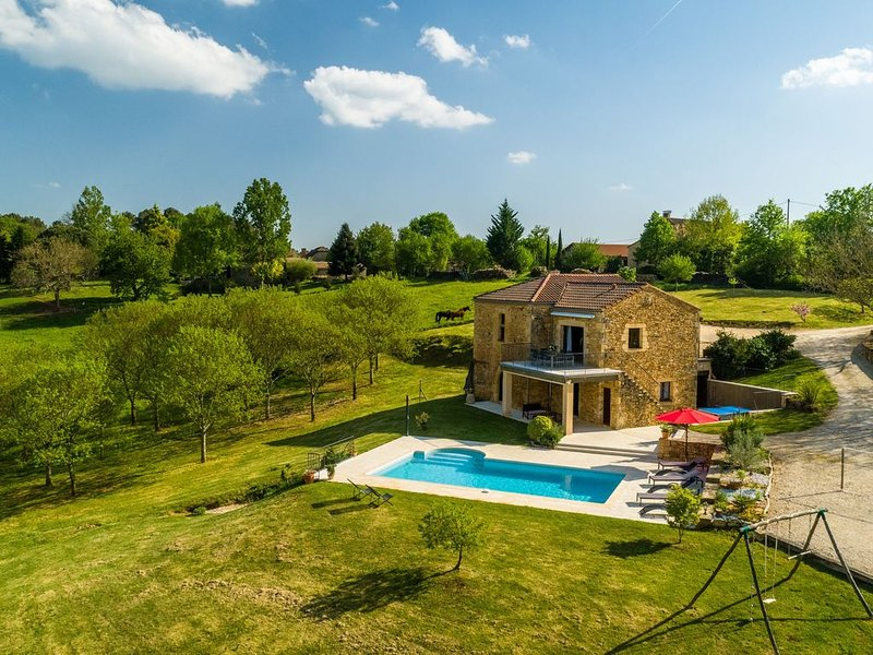 Serene Holiday Home in Mazeyrolles with Swimming Pool, casa vacanza a Larzac