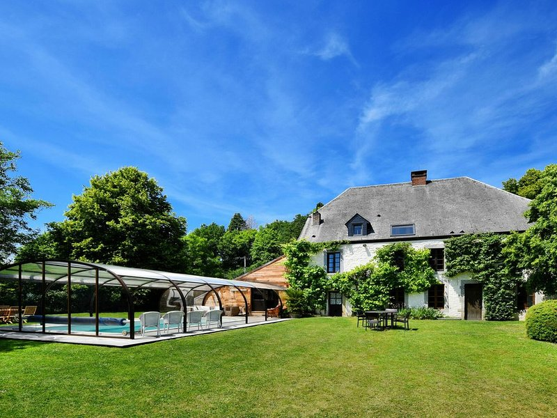 Magnificent Holiday Home in Baronville with Heated Pool & Billiards, casa vacanza a Houyet