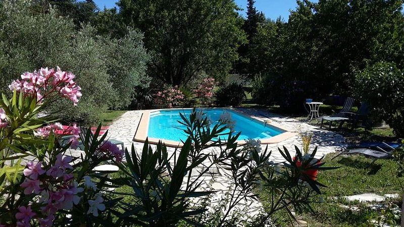Maison  dans belle propriété privée et cloturée, location de vacances à Uchaux