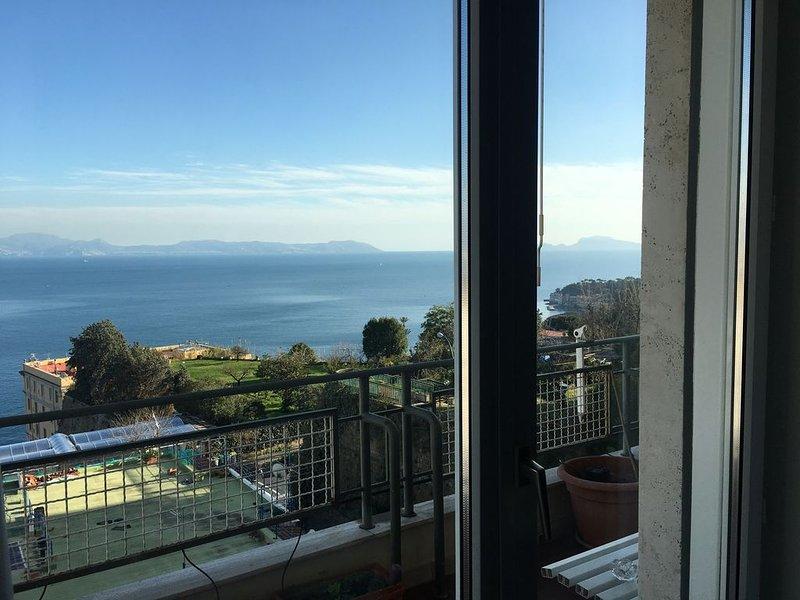Panoramico e luminoso appartamento sul golfo di Napoli, Capri, Vesuvio!, holiday rental in Bagnoli