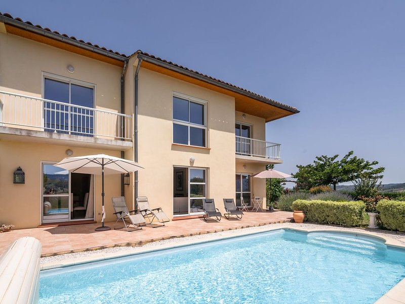 Spacious villa with private swimming pool and fully enclosed garden., holiday rental in Magrie