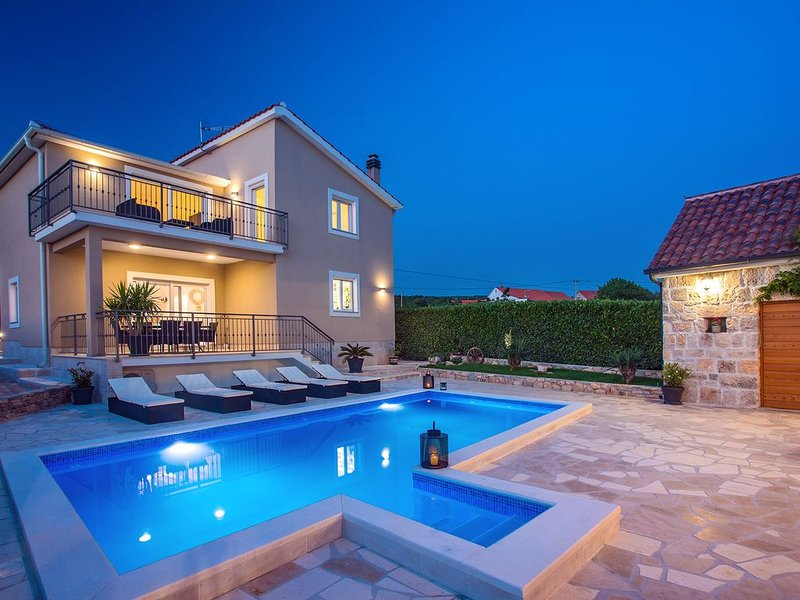Luxury villa Granny's gold for 8 persons with private pool, fully AC, holiday rental in Cista Provo