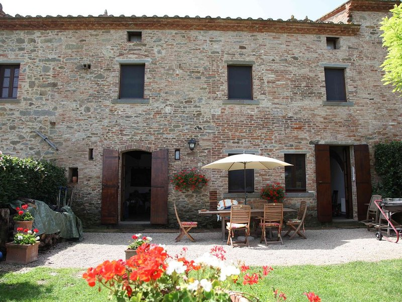 Beautiful converted farmhouse complex, near Cortona plus amazing swimming pool, Ferienwohnung in Cortona
