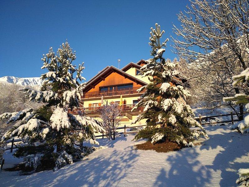 Chambre  de 3 avec salle de bains privée dans un chalet accueillant en montagne, location de vacances à Saint-Etienne-de-Cuines
