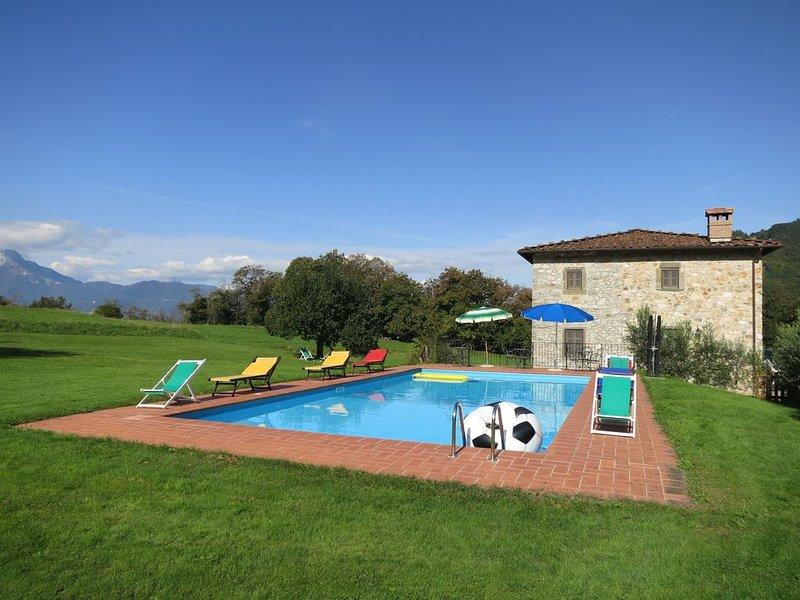 Villa immersa nel verde in posizione panoramica isolata con piscina privata, aluguéis de temporada em Coreglia Antelminelli