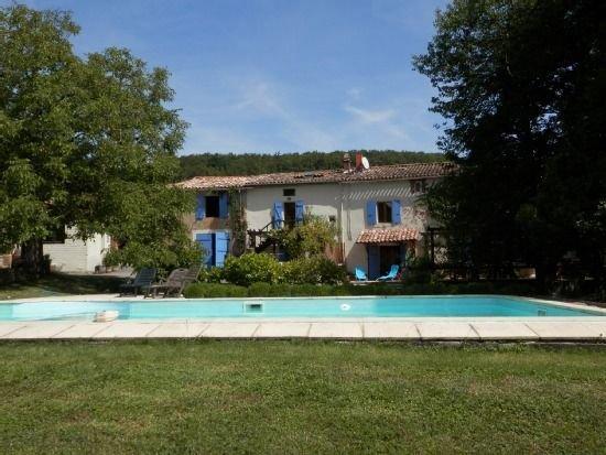 Gîte familial face à la piscine entouré de verdure en Pays Cathare, holiday rental in Villelongue-d'Aude