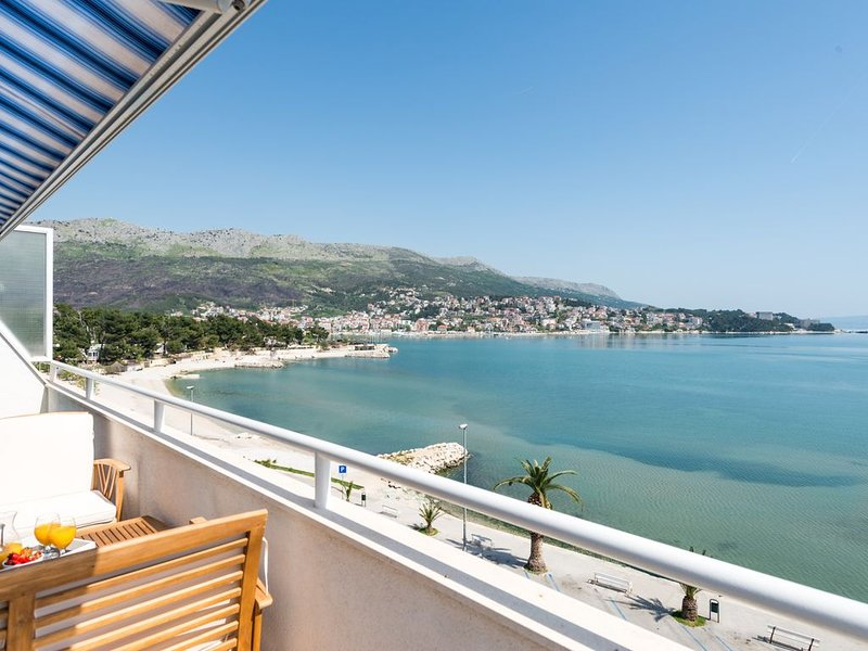 DUPLEX apartment with SEA VIEW only 10 meters from the sea!, holiday rental in Stobrec