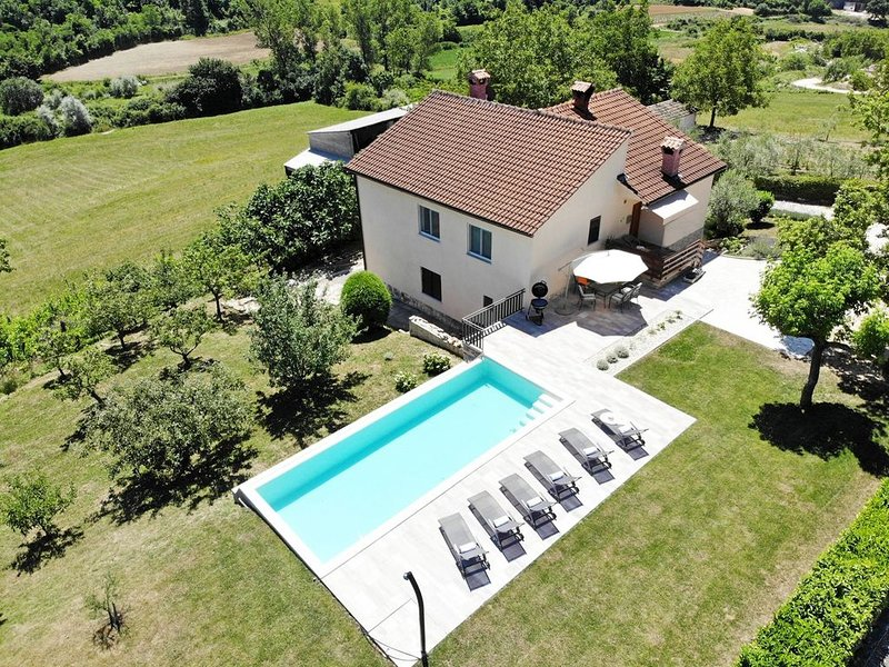 Holiday home with private pool and garden in central Istria / Tervis, alquiler vacacional en Kircija
