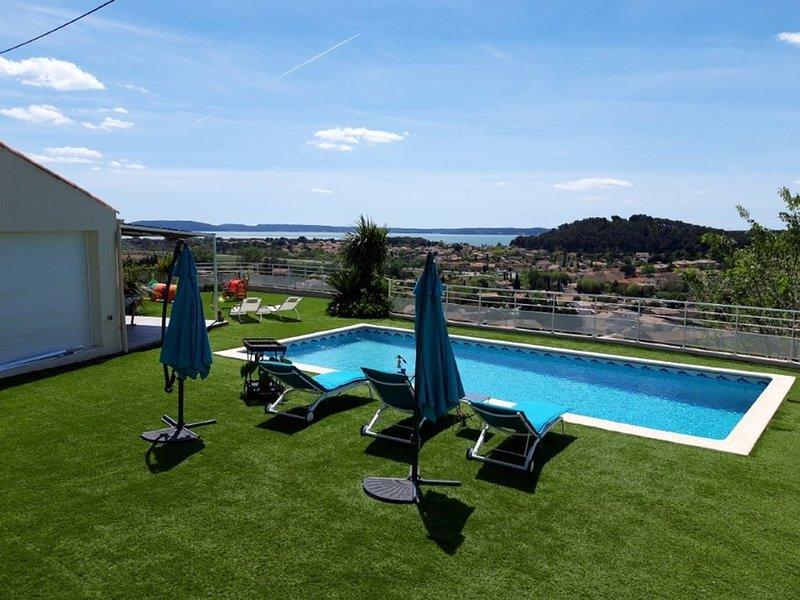 Appartement avec piscine et magnifique  vue dans le  Sud de la France, holiday rental in Saint-Mitre-les-Remparts