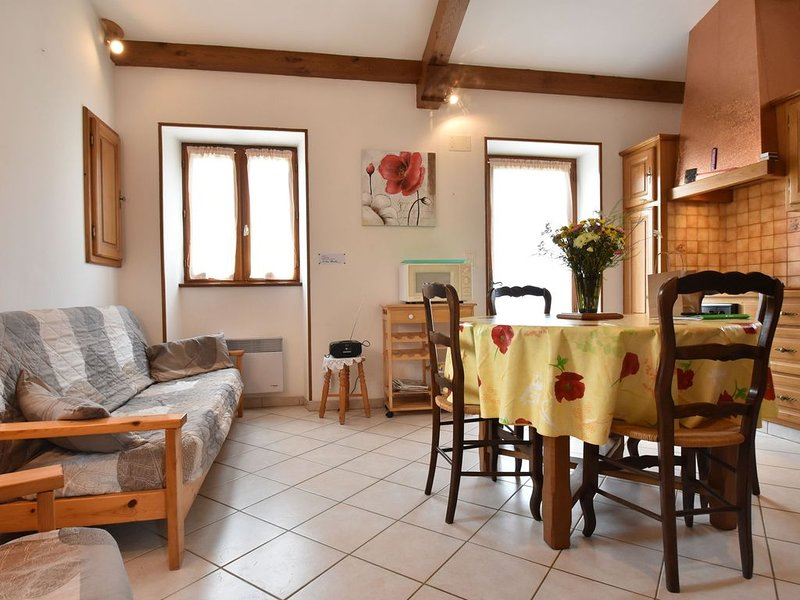Detached holiday home near Carlux (5 km) with stunning views of the hills, casa vacanza a Prats-de-Carlux