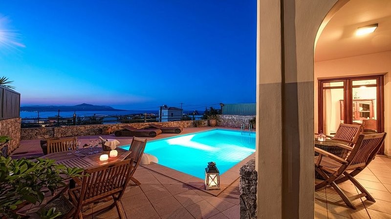 Villa with Private Pool in the popular Village of Plaka, Panoramic Sea Views and, casa vacanza a Aspro