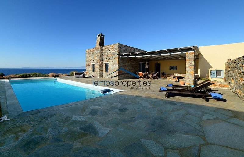 Luxurious Villa on the waterfront with a pool and direct access to the sea, holiday rental in Otzias