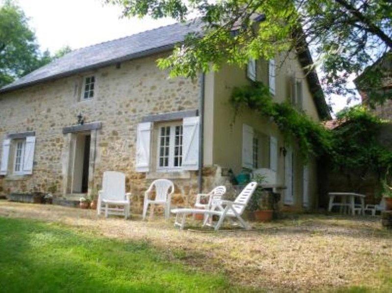 Ancienne grange en pierres dans parc du château, holiday rental in Chartrier-Ferriere