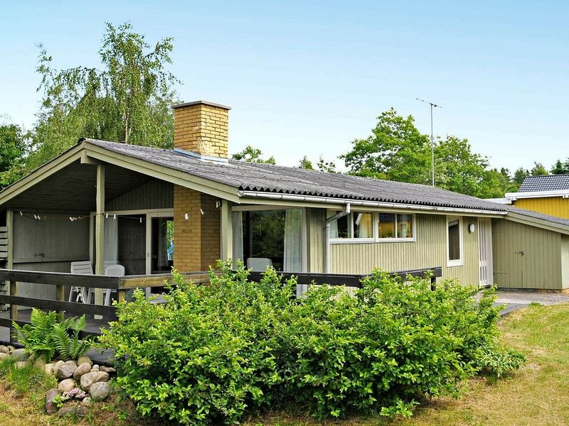 Comfortable Holiday Home in Glesborg with Roofed Terrace, holiday rental in Skovgaarde