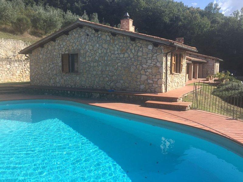 Il  Casale  del  Lago villa con piscina privata, location de vacances à Tenaglie