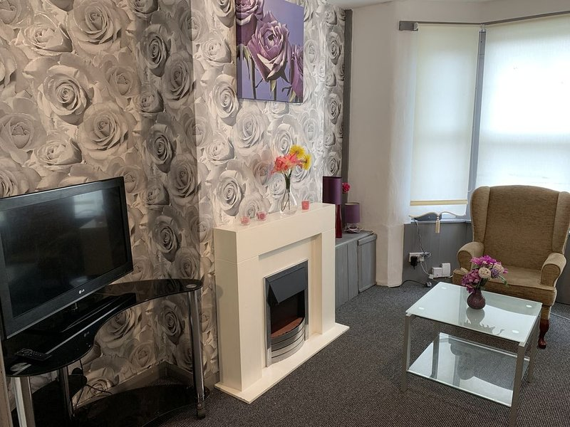 ⭐️ Whole House 2 bedroom with Parking + WiFI ⭐️ 10mins to centre⭐️, casa vacanza a Kirkby