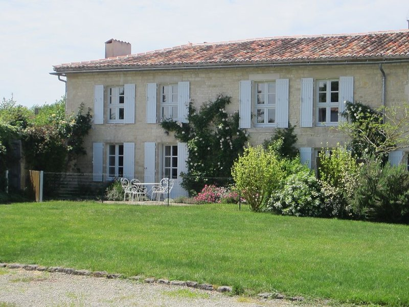 Luxury 18th C renovated stone house with heated swimming pool in countryside, alquiler vacacional en Villemorin