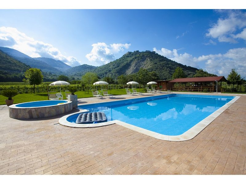 Le Camere Pinte: Appartamento Tellus, centro storico, uso piscina, vacation rental in Latina Scalo