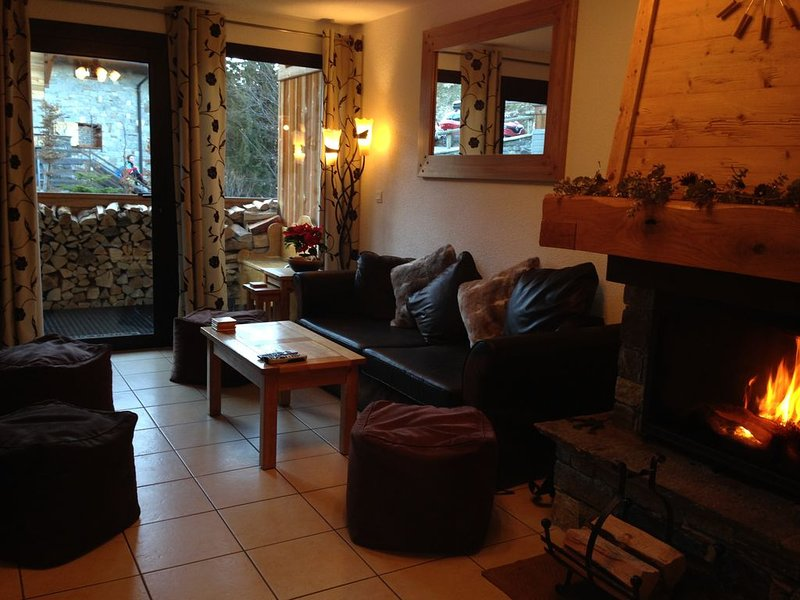 Three bedroom duplex in the Three Valleys with log fire, holiday rental in La Tania