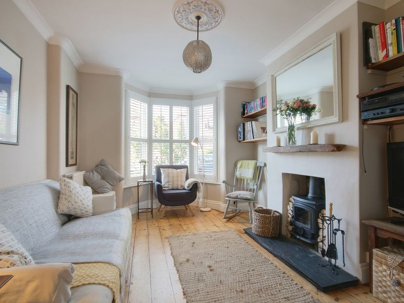Chichester Victorian Family House near Goodwood shuttle and canal, vacation rental in Fishbourne
