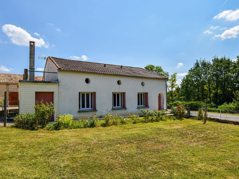 Charming Holiday Home in Fonroque with Fenced Garden, holiday rental in Saint-Aubin-de-Cadelech
