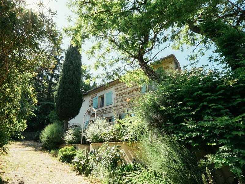 Beautifully renovated French farmhouse Provence / Gard Border sleeps 10/11, holiday rental in Bellegarde