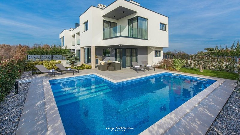 Lovely villa in Porec  with pool and near the sea, vacation rental in Porec