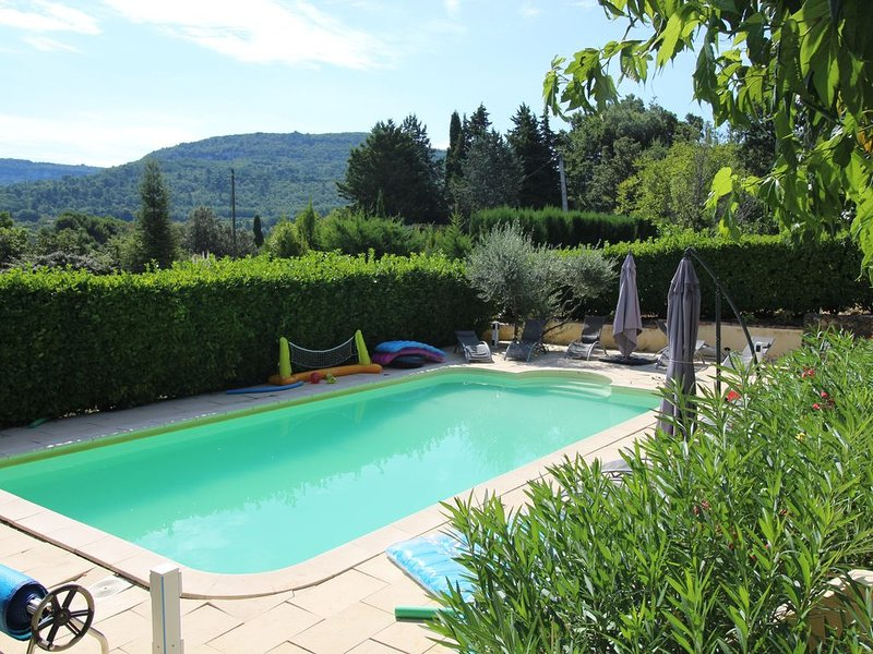 House with superb views above Apt in the heart of the Luberon, holiday rental in Buoux