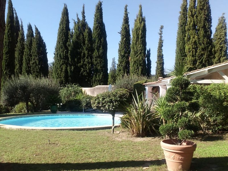 Characteristic villa with private swimming pool close to the center of Nimes, holiday rental in Nimes
