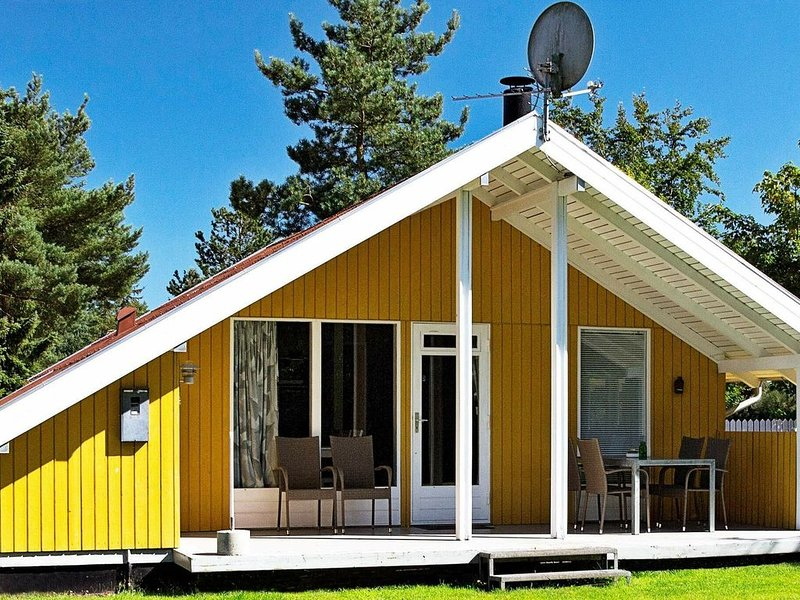 Large Holiday Home in Farvang with Barbecue, holiday rental in Kjellerup