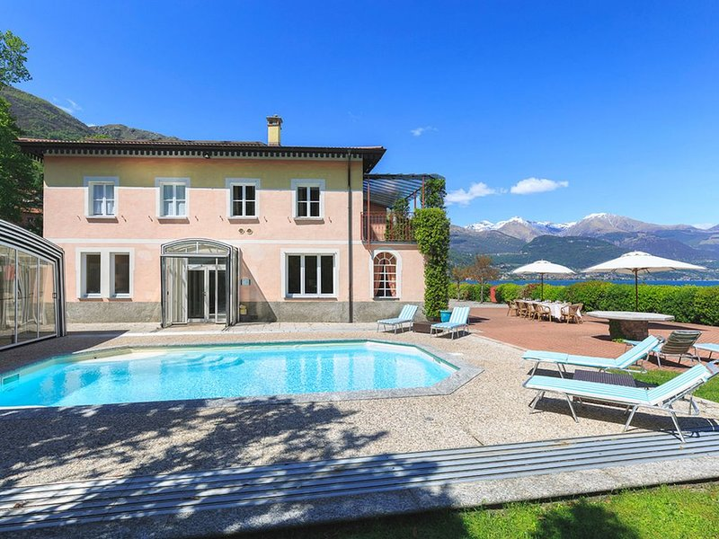 Large luxury villa with pool on the shores of Lake Como!, vacation rental in Pianello del Lario
