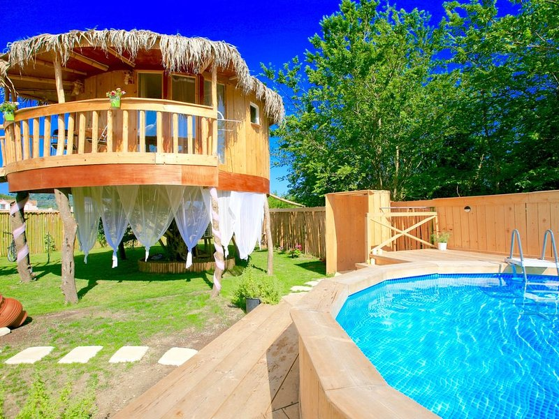 Eco-friendly, sweet house with private pool built on an olive tree in Roda, holiday rental in Astrakeri