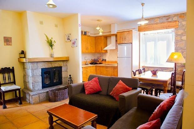 Casa Rural de 3 estrellas verdes con calefaccion, chimenea y jardin propio, aluguéis de temporada em San Justo