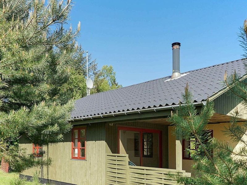 Spacious Holiday Home in Aakirkeby Denmark with Terrace, vacation rental in Roenne