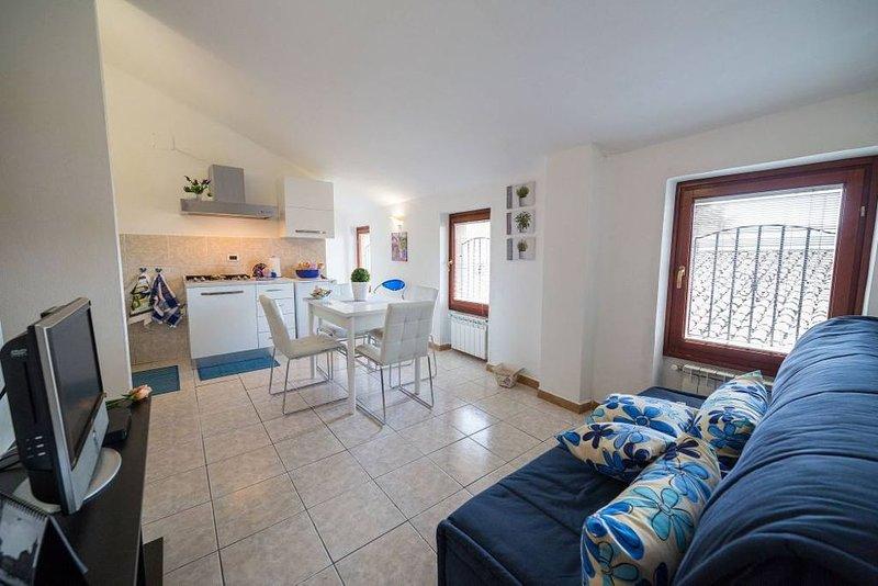 Massimo Relax: a due passi da Assisi. Collegamento  WI-FI. Aria Condizionata, holiday rental in Madonna della Pia