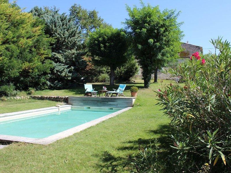 Aux portes du Luberon, agréable maison avec vue dégagée sur la campagne, holiday rental in Rognes