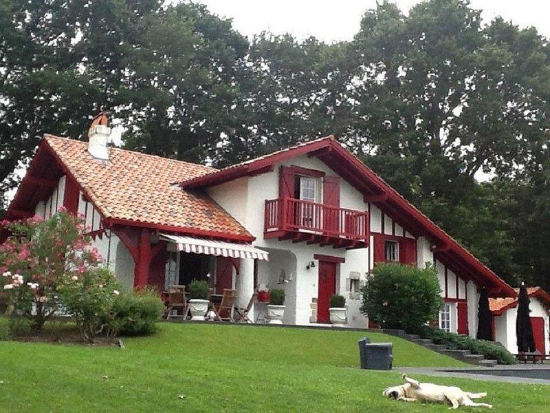 Maison basque entièrement rénovée,  4,5 kms de BIARRITZ, vue splendide  montagne, vacation rental in Ahetze