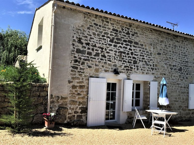 Maison rénovée , sereine et harmonieuse et jardin sur le chemin de Compostelle, location de vacances à Prailles