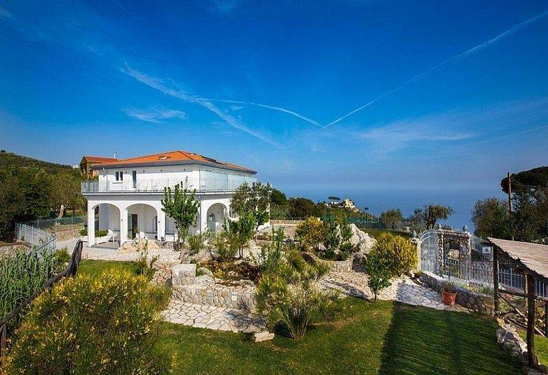 Villa Tiresia, rimborso completo con voucher*: Una splendida villa su due piani, aluguéis de temporada em Metrano