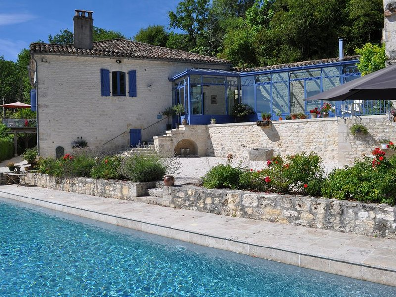 Authentieke, gerenoveerde boerderij met adembenemend zicht en groot zwembad, Ferienwohnung in Saint-Daunes