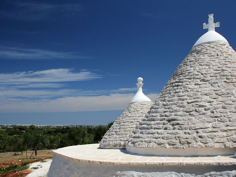 Stylish, newly renovated trullo set in tranquil olive groves 6km from Ostuni., aluguéis de temporada em Ostuni